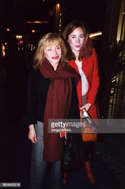 Elizabeth et Julie Depardieu à la Première du spectacle de V Lemercier le 2 octobre 2000 à Paris France