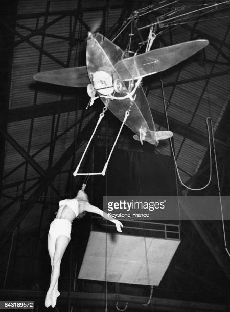 Elizabeth Kimris acrobate de cirque se tient uniquement à la force de la mâchoire un trapèze suspendu à un petit avion à plusieurs dizaines de mètres...