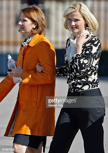 Elizabeth Smart walks with her mother Louis Smart after Elizabeth Smart testified for the first time in a competency hearing for her kidnapper Brian...