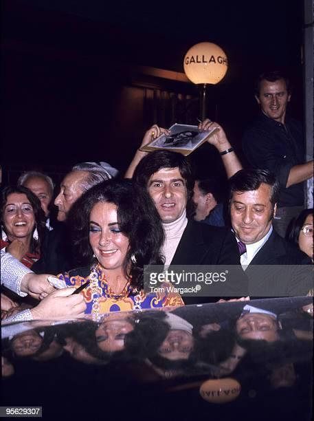 Elizabeth Taylor and boyfriend Henry Wynberg mobbed by fans at Gallaghers restaurant
