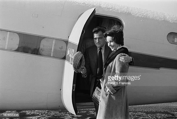 Elizabeth Taylor And Mike Todd Onboard Their Plane Liz En route pour Moscou Elizabeth TAYLOR et son mari Mike TODD ont fait escale à PARIS le temps...