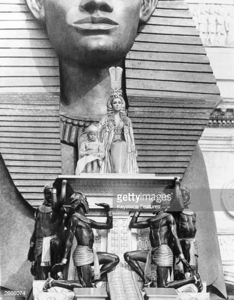 Elizabeth Taylor as Cleopatra with Loris Loddi filming Cleopatra's arrival scene during the production of Joseph L Mankiewicz's 20th Century Fox film...