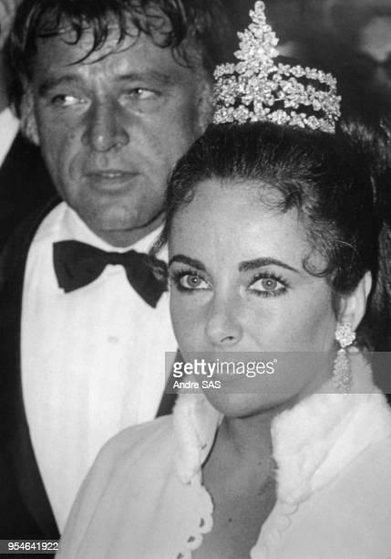 Elizabeth Taylor coiffée d'un diadème en diamants et Richard Burton lors d'une soirée, circa 1960, à Paris, France.