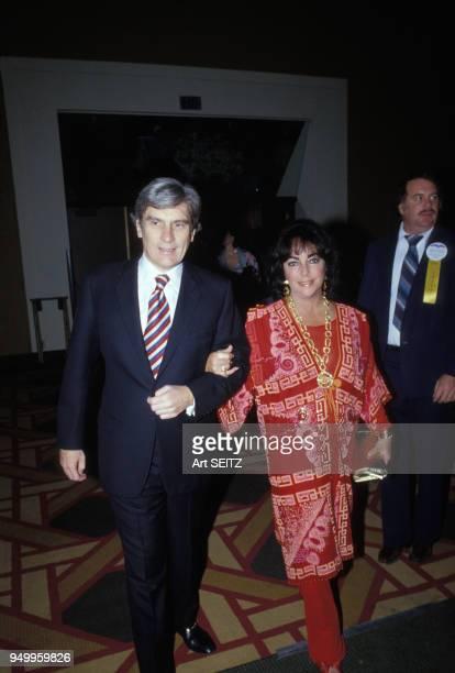 Elizabeth Taylor et son époux John Warner en décembre 1979 à Miami EtatsUnis