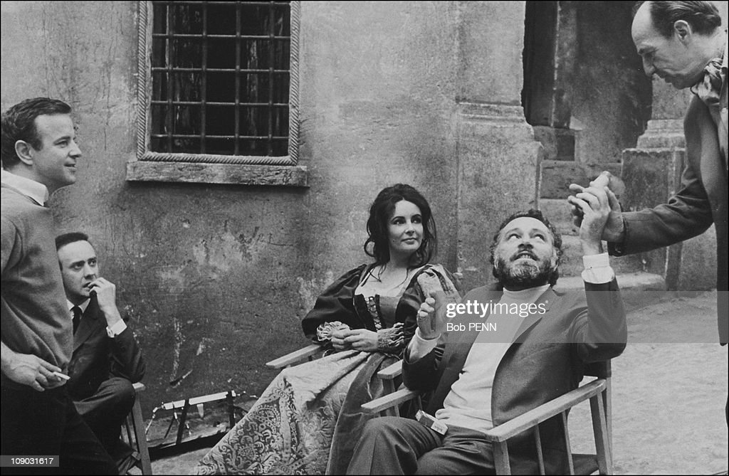 """Elizabeth Taylor, Richard Burton and Director Franco Zefferelli on the Set of """"The Taming Of The Shrew"""" In 1967 : News Photo"""