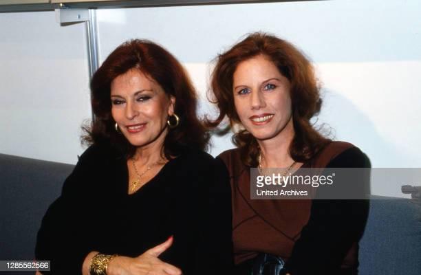 Elizabeth Teissier , schweizerisch französische Astrologin, mit Sängerin Penny McLean auf der Buchmesse in Frankfurt, Deutschland 1993.