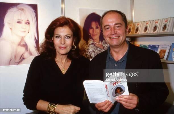 Elizabeth Teissier, schweizerisch französische Astrologin, und Holger Weinert mit ihrem für das Jahr 1994 verfasste Jahreshoroskop, auf der Buchmesse...