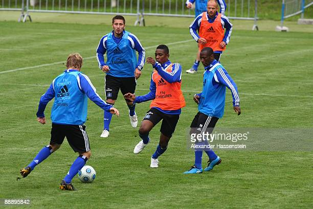 Eljero Elia challenge for the ball with his team mates Romeo Castelen , Hanno Behrens and Tomas Rincon during a training session at day three of the...