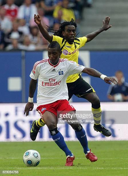 Eljero Elia von Hamburg im Zweikampf mit Tinga von Dortmund waehrend des Bundesligaspiels zwischen Hamburger SV und Borussia Dortmund in der HSH...