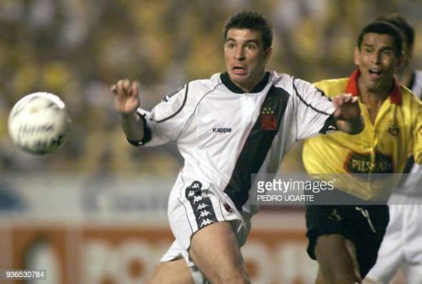 Eljugador brasileno del Equipo Vasco da Gamma Luis Luizhao disputa el balon con el ecuatoriano del Barcelona Odvan Gomez durante el partido de final...