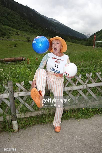 Elke Sommer Bei Der Ersten Etappe Vom Grossen Grenzverkehr 2007 In Amerang Am 150607