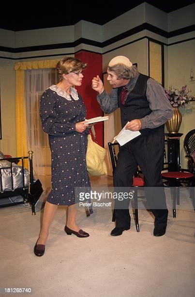Elke Sommer Christian ClaaszenTheaterstück Geheimnisse im Mandarinzimmer Bühne Auftritt Glatze Brille Bart Schauspieler Schauspielerin