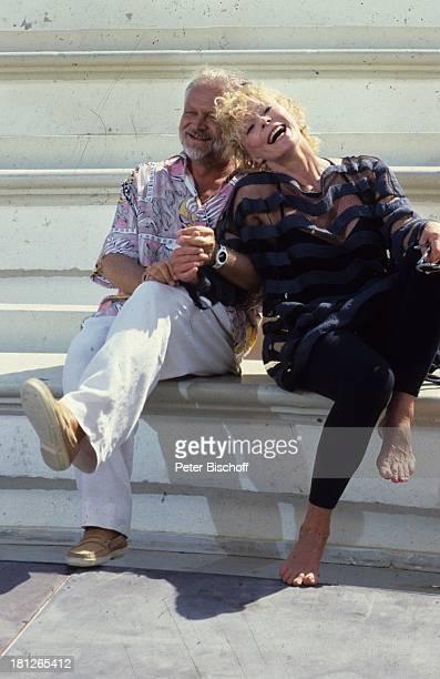 """Elke Sommer, Claudio Caramachi, ARD-Serie, """"Happy;Holiday"""", Griechenland/Kos, , lachen, Freude, Spaß, Schauspielerin, Schauspieler,"""
