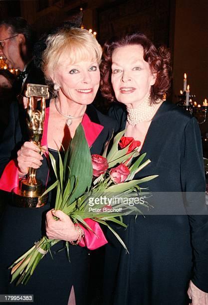 Elke Sommer Margot Hielscher 'DeutscherVideopreis 2000' 'Video Winner 2000'Verleihung Kaisersaal 'MünchnerResidenz' Preis BlumenStrauss Strauß