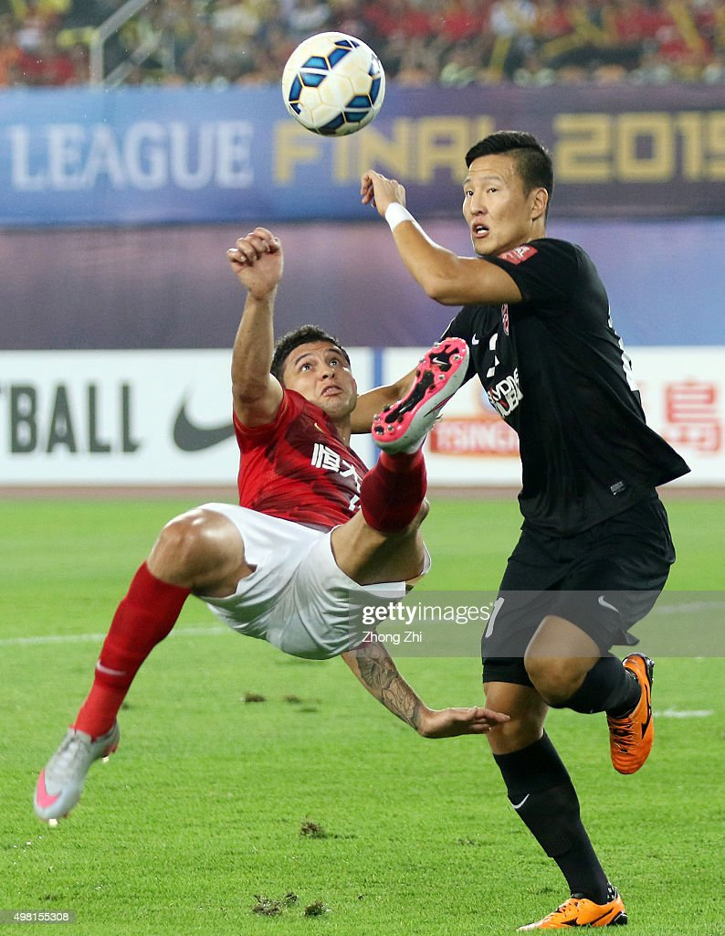 Elkeson De Oliveira Cardoso of Guangzhou Evergrande attempts a goal against Kwon Kyung Won of of Al Ahli during the Asian Champions League Final 2nd leg Match between Guangzhou Evergrande and Al Ahli at Tianhe Sports Center on November 21, 2015 in Guangzhou, China.