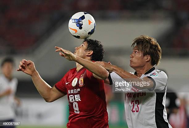 Elkeson de Oliveira Cardoso of Guangzhou Evergrande competes the ball with Yamashita Tatsuya of Cerezo Osaka during the AFC Asian Champions League...