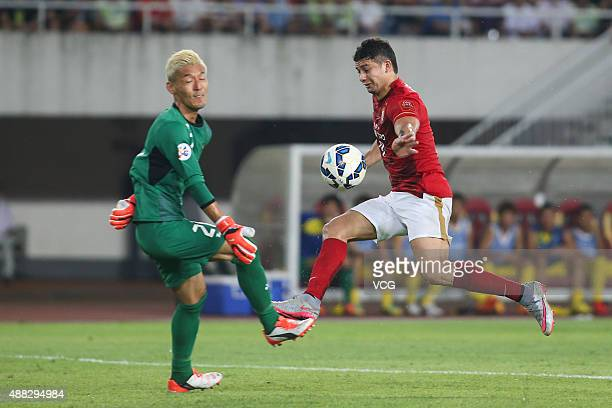 Elkeson of Guangzhou Evergrande and goalkeeper Takanori Sugeno of Kashiwa Reysol compete for the ball during the AFC Champions League quarterfinal...