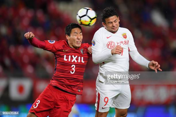 Elkeson of Shanghai SIPG and Gen Shoji of Kashima Antlers compete for the ball during the AFC Champions League Round of 16 first leg match between...