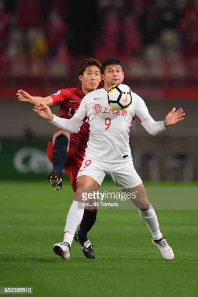 Elkeson of Shanghai SIPG controls the ball under pressure of Ryota Nagaki of Kashima Antlers during the AFC Champions League Round of 16 first leg...