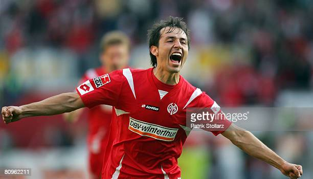 "Elkin Soto of Mainz celebrates after the 2-1 during the Second Bundesliga match between FSV Mainz 05 and 1. FC Kaiserslautern at the stadium ""am..."