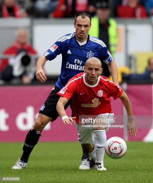 Elkin Soto von Mainz in aktion mit Heiko Westermann von Hamburg waehrend des Bundesligaspiels zwischen FSV Mainz 05 und Hamburger SV im Stadion am...