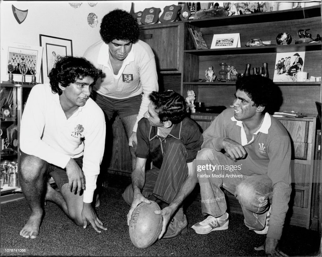 Ella Brothers, Rugby League Footballers and Family.Dad, Gordon Ella shows the boys how to do it.L-R, Gary Ella, Glen Ella, Gordon Ella, Mark Ella. : Foto jornalística
