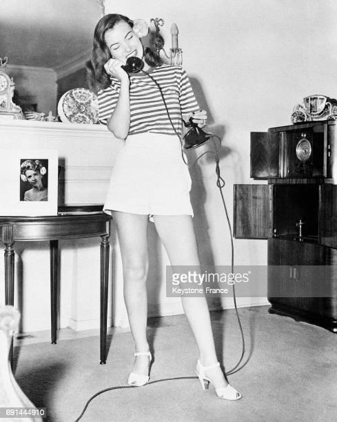 Ella Raines nouvelle étoile d'Hollywood au téléphone aux EtatsUnis en 1946