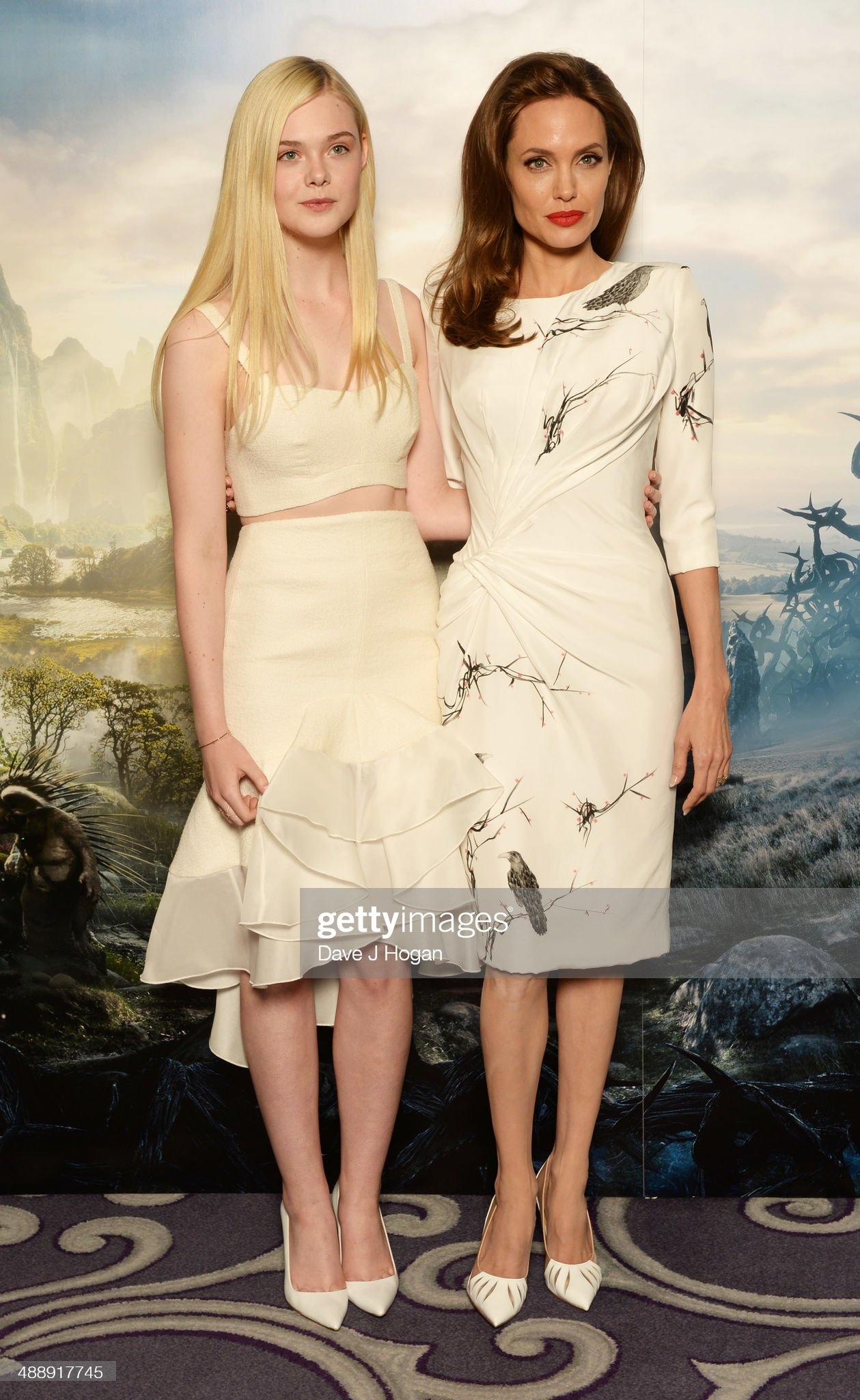 ¿Cuánto mide Elle Fanning? - Altura - Real height Elle-fanning-and-angelina-jolie-attend-a-photocall-for-maleficent-at-picture-id488917745?s=2048x2048