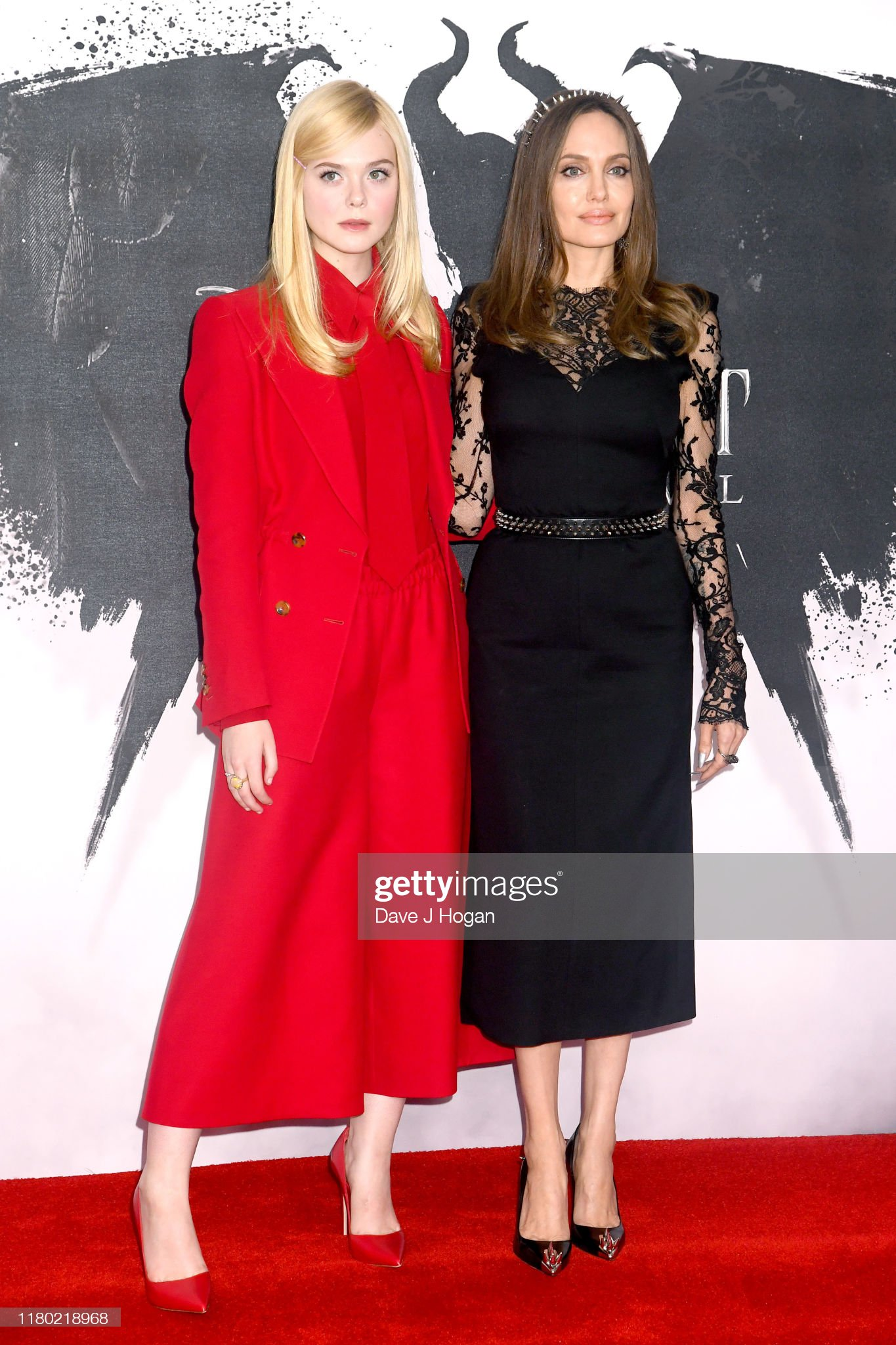 ¿Cuánto mide Elle Fanning? - Altura - Real height Elle-fanning-and-angelina-jolie-attend-a-photocall-for-maleficent-of-picture-id1180218968?s=2048x2048