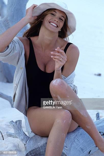 Elle Mac Pherson En avril 1990 sur une plage aux Etats Unis la top modèle Elle MAC PHERSON souriante en maillot de bain coiffée d'un chapeau assise...
