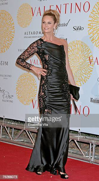 Elle MacPherson arrives at the post haute couture show gala dinner and ball in the Parco dei Daini at the Villa Borghese on July 7 2007 in Rome Italy...