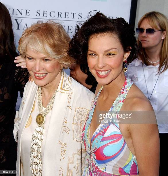 "Ellen Burstyn & Ashley Judd during ""Divine Secrets Of The Ya-Ya Sisterhood"" Premiere at Mann Village Theatre in Westwood, California, United States."