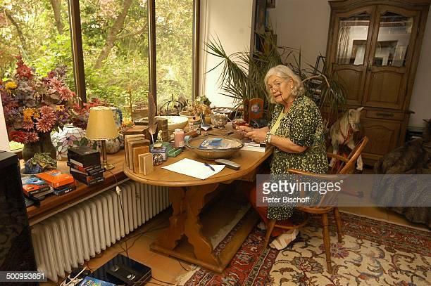 Ellen Schwiers Starnberg PNr 826/2005 Schreibtisch Schauspielerin Homestory Promi AB Foto PBischoff/E Veröffentlichung nur gegen Honorar und Beleg