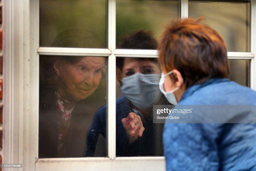 Visting Mothers Through Their Windows : News Photo