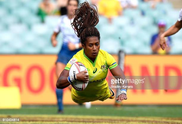 Ellia Green of Australia scores a try in the match against France during day one of the 2018 Sydney Sevens at Allianz Stadium on January 26 2018 in...