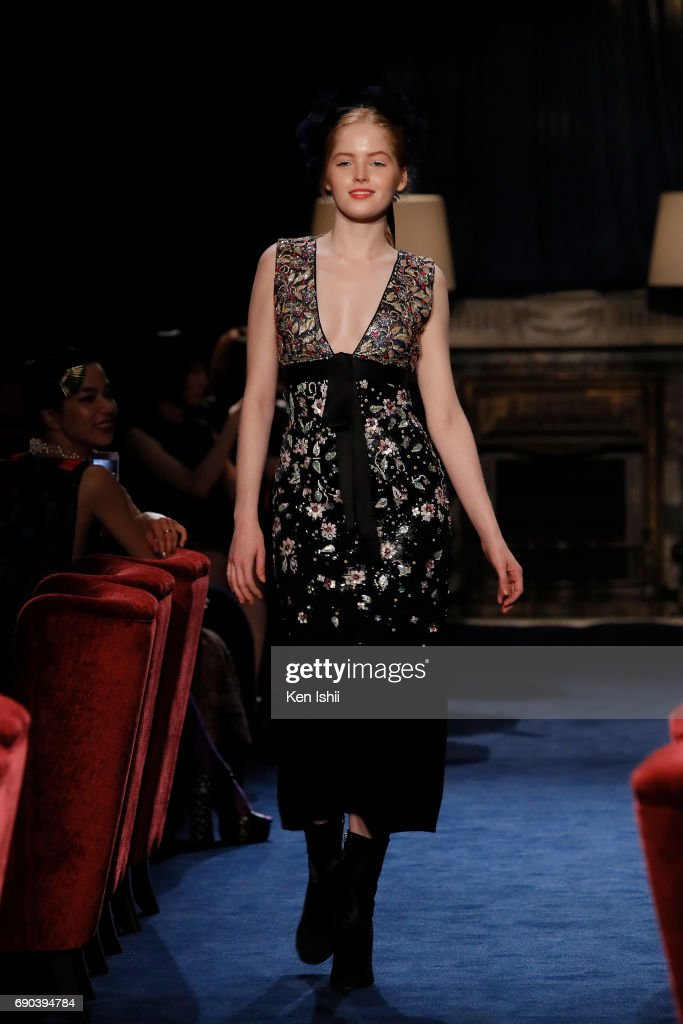 Ellie Bamber showcases designs by CHANEL on the runway during the CHANEL Metiers D'art Collection Paris Cosmopolite show at the Tsunamachi Mitsui Club on May 31, 2017 in Tokyo, Japan.