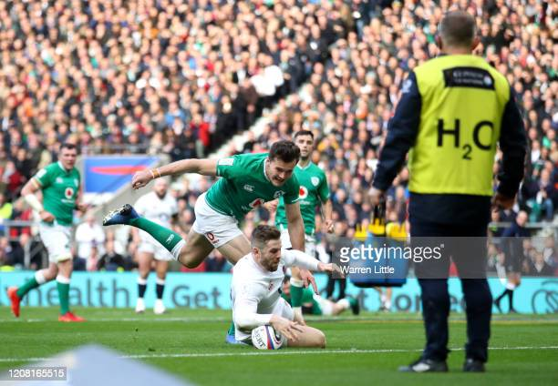Elliot Daly of England beats Jacob Stockdale of Ireland to the ball to score his teams second try during the 2020 Guinness Six Nations match between...