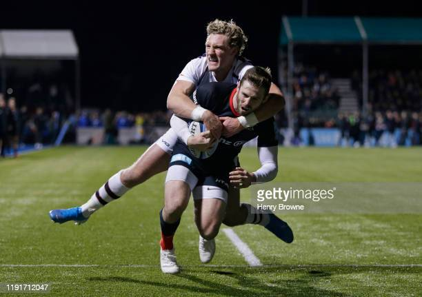 Elliot Daly of Saracens scores a try despite the efforts of Tom Howe of Worcester Warriors during the Gallagher Premiership Rugby match between...