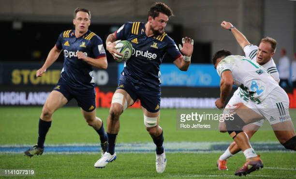 Elliot Dixon of the Highlanders on the charge during the Round 12 Super Rugby match between the Highlanders and the Chiefs on May 4 2019 in Dunedin...