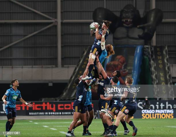 Elliot Dixon of the Highlanders takes clean lineout ball during the round 10 Super Rugby match between the Highlanders and the Blues at Forsyth Barr...