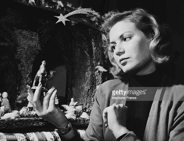 Eloisa Cianni Miss Italy 1953 Preparing The Christmas Crib In Rome On December 1953
