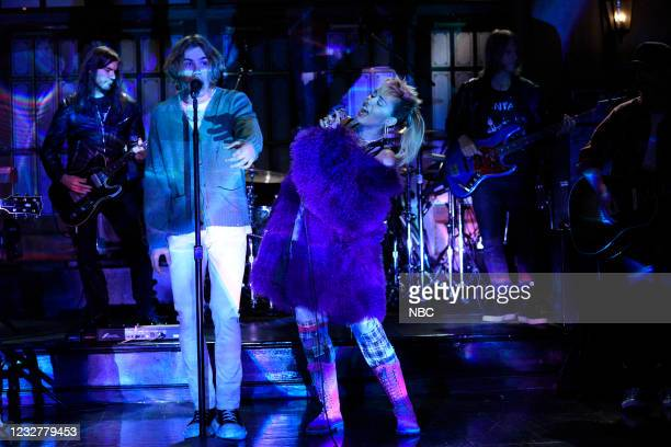 """Elon Musk"""" Episode 1803 -- Pictured: Musical guest Miley Cyrus performs """"Without You"""" ft. The Kid LAROI on Saturday, May 8, 2021 --"""