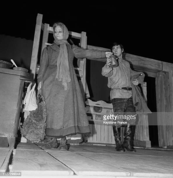 Eléonore Hirt et Pierre Santini dans la pièce 'La Mère' de Bertold Brecht au Théâtre national populaire de Paris France le 8 janvier 1968