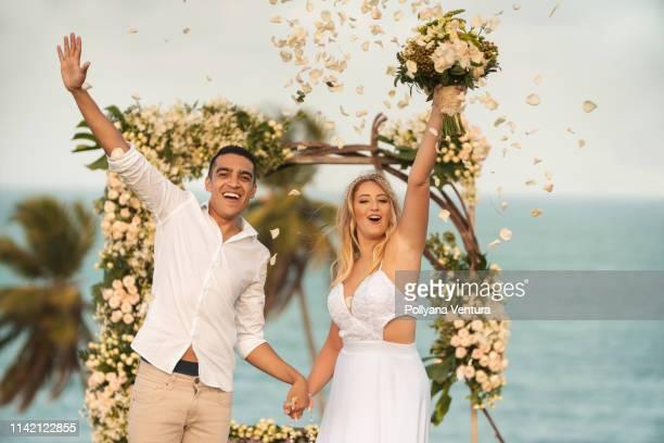casamento de elopement, chuva das pétalas cor-de-rosa brancas na noiva e no noivo - married - fotografias e filmes do acervo