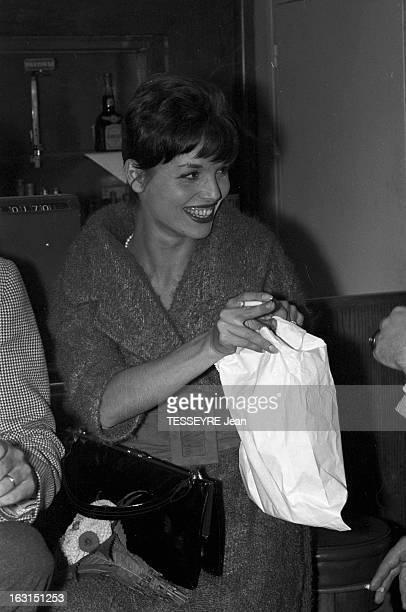 Elsa Martinelli And Silvana Pampanini Shopping In Paris En France à Paris le 8 octobre 1958 les actrices italiennes Elsa MARTINELLI et Silvana...