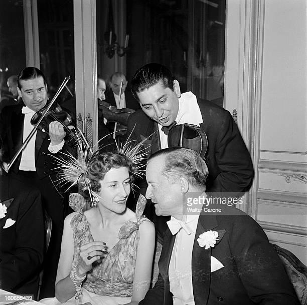 Elsa Maxwell Evening In Paris At The Ritz. Paris - juillet 1950 - Lors d'une soirée organisée par la journaliste Elsa MAXWELL à l'hôtel Ritz, Mrs....