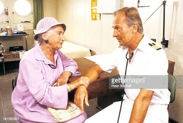 'Traumschiff' Folge 10 Episode 2 'Karl und Anna' Kenia/Afrika MS 'Astor' Schiffshospital Hospital Stethoskop Hut Tasche Uniform Schauspielerin...
