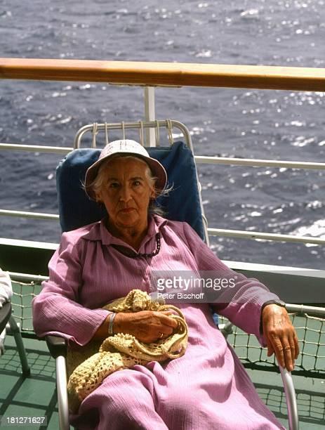 'Traumschiff' Folge 10 'Kenia' Episode 2 'Karl und Anna' MS 'Astor' Schiff Kreuzfahrtschiff Kreuzfahrt Meer Deck Reling Hut Liege Schauspielerin...