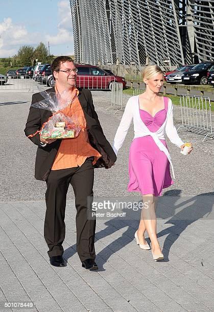 Elton Ehefrau Silvia Hochzeitsfeier nach standesamtlicher Trauung von Bräutigam Horst Lichter und Braut Nada Parkplatz Skihalle Neuss Stadtteil...