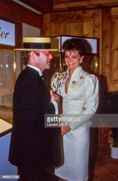 Elton John et sa femme Renate Blauel visitent une exposition Cartier le 3 janvier 1985 à Gstaad en Suisse.